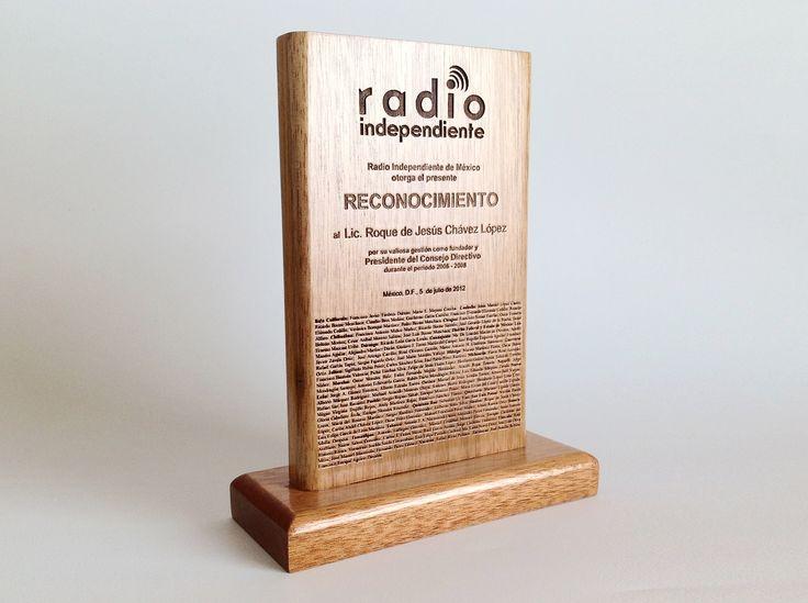 Reconocimiento en madera grabado en láser