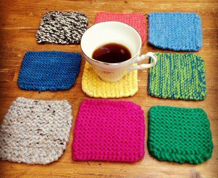 des sous tasses tricotées de couleurs différentes, cadeau fête des mères a fabriquer
