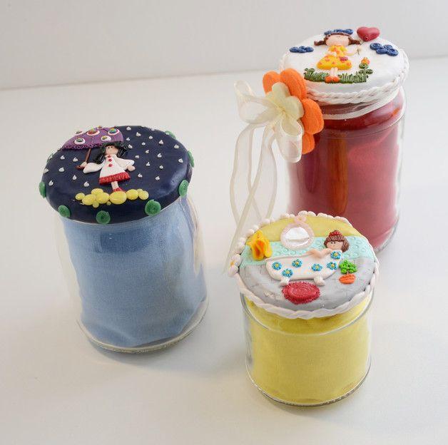 vasetto in verto con decorazione sul tappo con all'interno borsa shopper colorata con la possibilità di personalizzarla con una stampa e colore. Pezzi tre