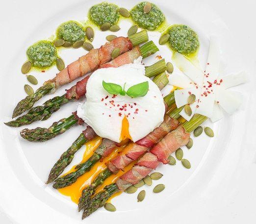 Smażone szparagi w wędzonej szynce z dyniowym pesto i jajkiem w koszulce #intermarche #atelier #szparagi