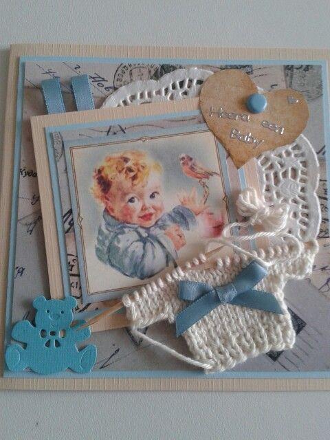 Babykaart met gebreid truitje.