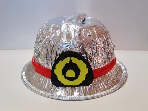 火よけまでついた、本格的な消防士の帽子!キラキラと光る見た目が、本物みたいでかっこいい!ごっこ遊びや衣装などにももってこいの、ワクワク広がる手作り変身グッズ♪