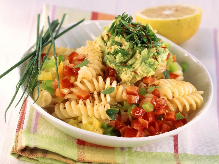 Pasta mit Paprika und Avocado-Salsa - smarter - Kalorien: 486 Kcal - Zeit: 30 Min. | eatsmarter.de