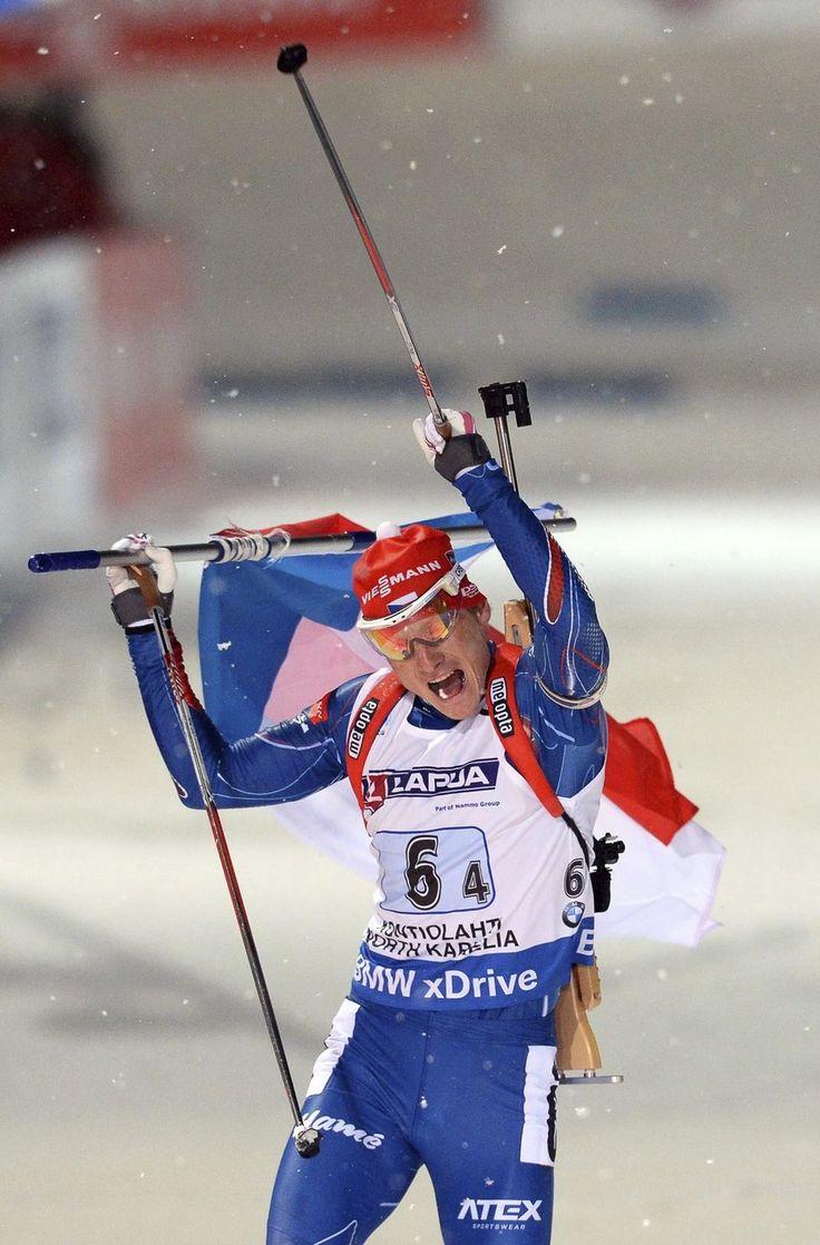 Čeští biatlonisté Michal Šlesingr, Veronika Vítková, Gabriela Soukalová a Ondřej Moravec se radují z triumfu ve smíšené štafetě na mistrovství světa ve Finsku