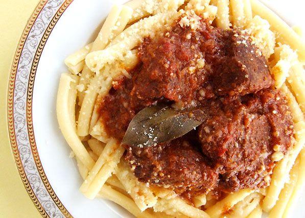 Παστιτσάδα με μαλακό κοκκινιστό μοσχαράκι και χοντρά μακαρόνια. Μια υπέροχη Επτανησιακή συνταγή (photo) που σας συστήνουμε ανεπιφύλακτα. Η παστιτσάδα γίνετ