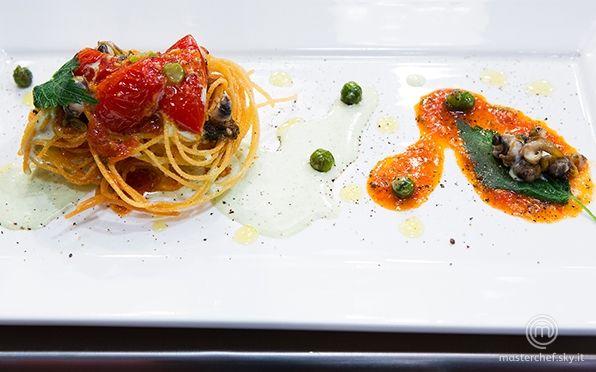 Spaghetti fritti con pomodoro, stracciatella di mare con ortica e lumache di mare di Filippo