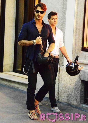 Fabrizio Corona fa shopping a Milano indossando un paio di mocassini borchiati: le foto - Foto e Gossip by Gossip News