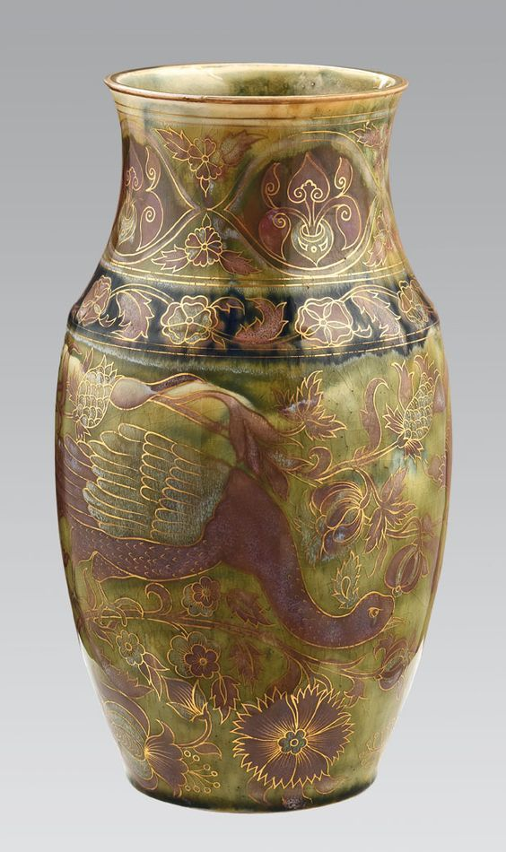 Zsolnay váza,porcelánfajansz,  trachitopál mázas színesen festett aranyozott virágmintás és pávás díszítéssel.  Jelzett: máz alatt kékkel, Zsolnay Pécs TJM öttorony.  Fazonszám: 1114  1800- as évek vége.  Magasság: 31,5 cm. 19/142e