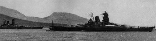 トラック島(現ミクロネシア連邦)の泊地で待機する戦艦「武蔵」。左奥は「大和」