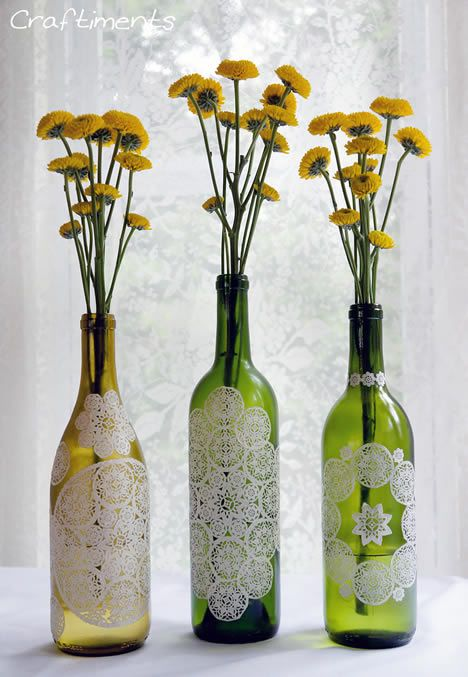 Decoração de bom gosto reutilizando garrafas de vidro e pedaços de renda | Revista Artesanato