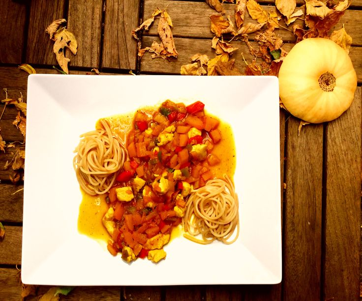 Dinkelspaghetti mit einer gelben Tomatensoße, Butternusskürbis, Paprika und Hähnchenbrustfilet- Rezept und Nährwerte auf meinem Blog
