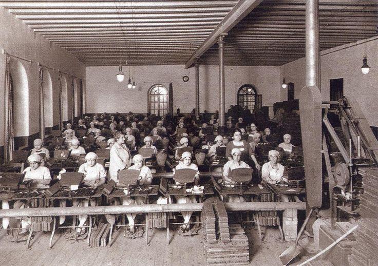 Cigarreras en la Antiuga fábrica de tabacos en la calle Embajadores.Hacia 1910.