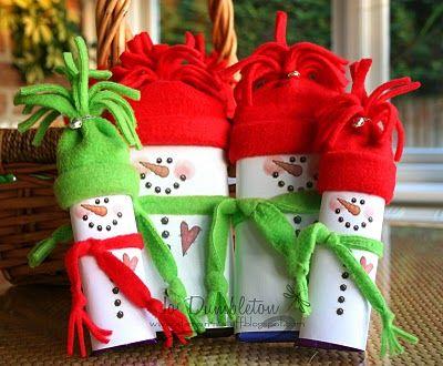 Una barra de chocolate, que puede ser sugar free, vestida de muñeco de nieve, sólo necesitas cartulina blanca, telas de colores navideños, unos marcadores y muchas ganas de divertirte. Ideal para los niños