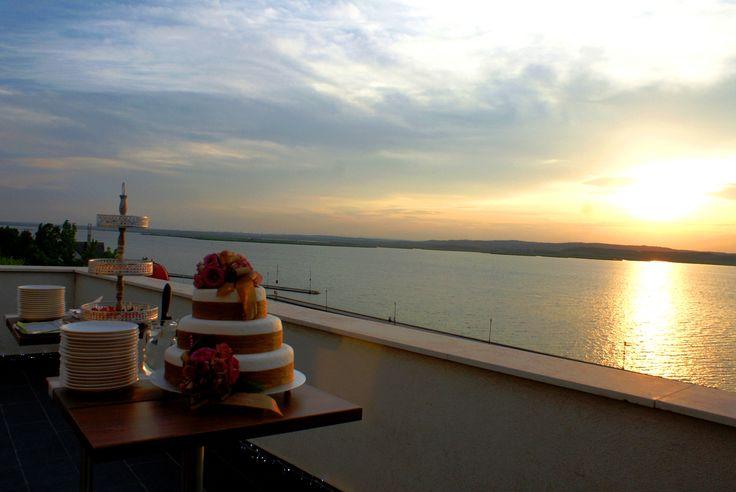 az esküvői torta és a naplementés panoráma