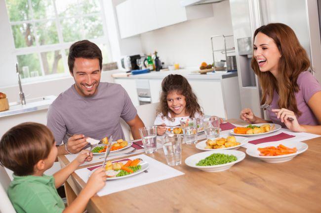 3 lucruri pe care un parinte nu ar trebui sa le spuna copilul in timpul mesei