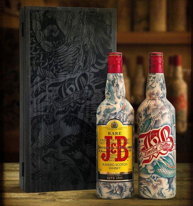 Tu aimes le packaging, tu aimes le whisky et tu aimes le tatouage ? Alors tu aimeras cette édition limitée de 25 bouteilles de whisky de la marque J&B. Ces créations sont l'oeuvre du tatoueur français, Sébastien Mathieu, propriétaire du salon de tatouages Le Sphinx à Paris.