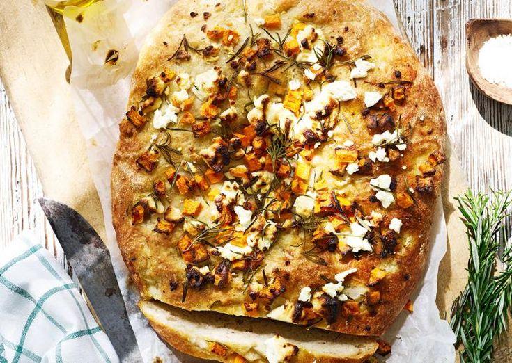 Glutenfri focaccia med græskar, feta og rosmarin | Meny.dk