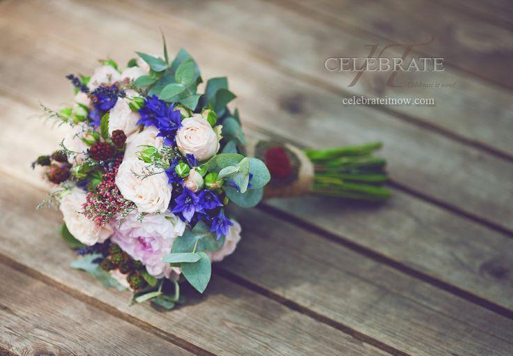 Beautiful wedding bouquet by Celebrate It Decor. Очень красивый свадебный букет с розами, георгинами, колокольчиками, ежевикой и эвкалиптом.. Celebrateitnow.com
