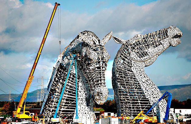 The #Kelpies é o nome de uma escultura constituído por duas gigantes cabeças de cavalo, na entrada do canal Forth and Clyde, em Falkirk, na Escócia. Os Kelpies são cavalos da mitologia Celta e a obra é imponente: cada cabeça tem 30 metros de altura e pesa 300 toneladas. O autor é Andy Scott, conhecido por suas notáveis obras de engenharia, que garante que as duas estruturas serão iluminadas por dentro e por fora, o que promete um belo espetáculo durante a noite.