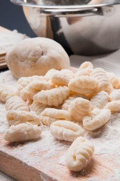 Ñoquis de papas Ingredientes para los ñoquis: - 1 kg. de papas - 250 grs. de harina - 2 huevos - 3 cdas. de queso rallado - 25 grs. de manteca - Sal - Pimienta - Nuez Moscada