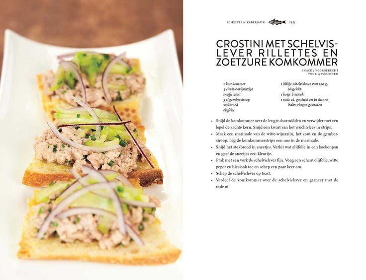 Lekker als snack of voorgerecht, deze crostini met schelvis lever rillettes en zoetzure komkommer! Het recept komt uit Bart van Olphens boek Vis uit blik.