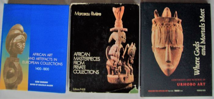 Kavel met 3 boeken over Afrikaanse tribale kunst.  1. Ezio Bassani - African Art and Artefacts in European Collections - London British Museum Press 2000 - 328 pp. - Hardcover met stofomslag - 28x22.Meer dan 600 voorwerpen afgebeeld in z/w. De catalogus en de bijgevoegde CD-ROM geven een volledige beschrijving van elk voorwerp met vermelding van huidige locatie en herkomst.2. M. Rivière - African Masterpieces from private French collections / Les chefs-d'oeuvre africains des collections…