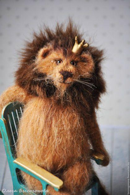Авторская вязаная игрушка ПРОСТО ЦАРЬ Лев связан спицами и крючком из натуральной шерсти. Грива из искусственного меха. 23 см