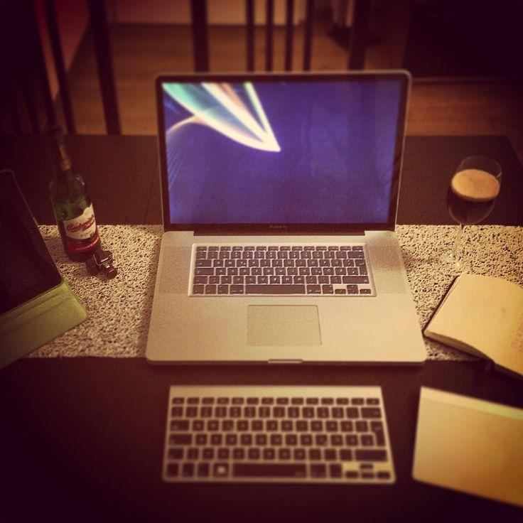 Mein kreativer Arbeitsplatz… Genug Raum für meine Ideen… #Creative #work #space #working #kreativ #kreativität #arbeitsplatz #desktop #schreibtisch #werkstatt #workout #beer #apple #macbook #ipad www.diemojaenchen.de