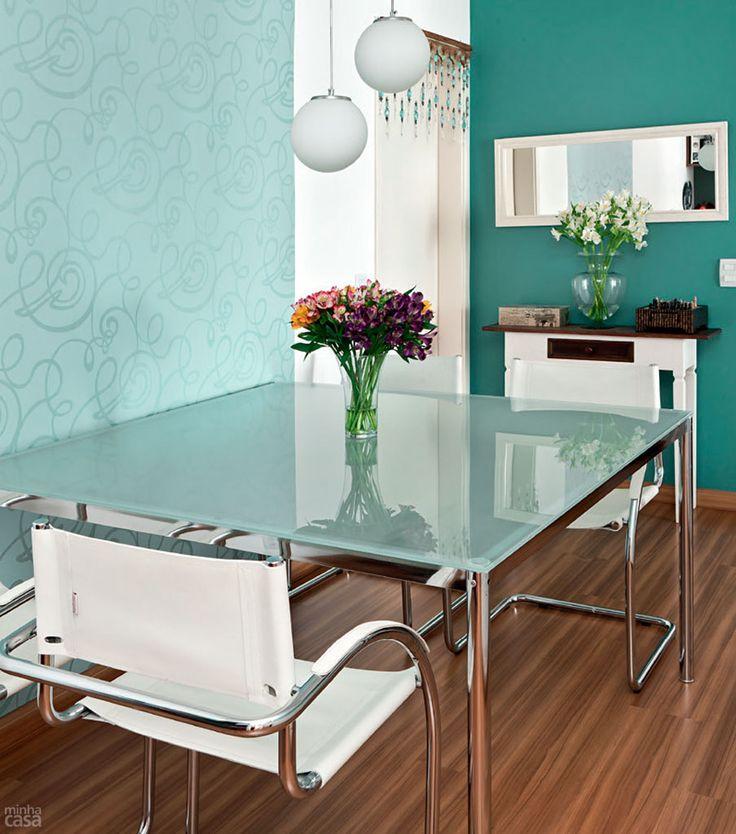 mesa de vidro com pés cromados, cadeiras com pés cromados, mas pode tbm utilizar cadeira de policarbonato ou acrilico