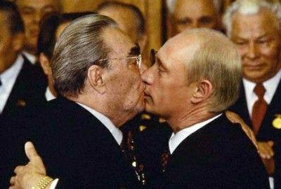 Два вопроса о Немцове — Кашин Ты не любишь то ли цветы, то ли Немцова, но в первом сознаваться глупо («Я не люблю цветы», — вот просто послушай, как это звучит), а во втором ты сознаваться не хочешь, и поэтому говоришь что-то непонятное. Ты говоришь, что лучше бы несли на кладбище, и что если цветы долго лежат на одном месте, то в них заводятся крысы. Наверное, ты боишься крыс — или все-таки Немцова.  Ты мог бы сказать немцов цветы — «да, я действительно не любил покойного»....