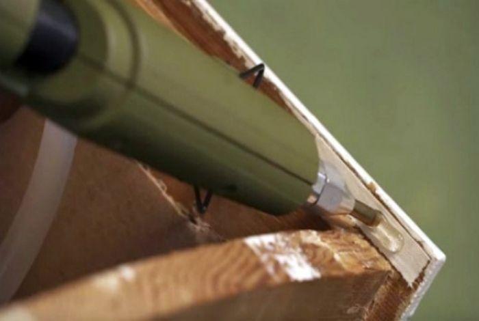 «Шумные» ящики Если вас раздражает громкий звук, который издают выдвижные ящики при закрытии, попробуйте нанести тонкую полоску горячего клея на верхушку внутренней стенки шкафчика.