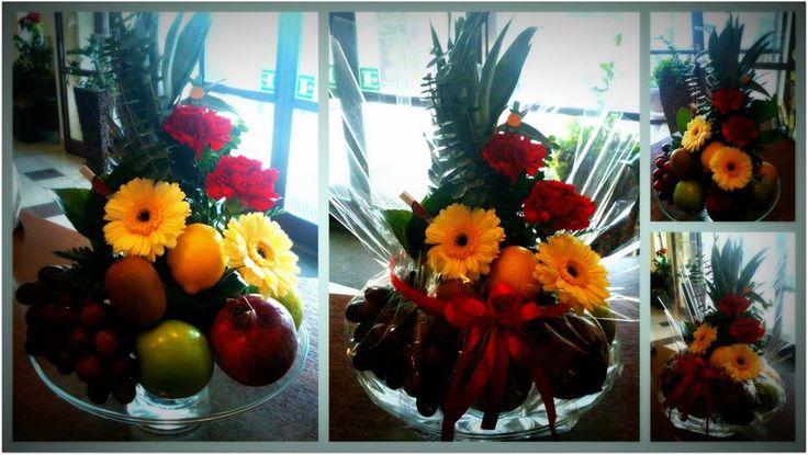 Szklana patera owocowo kwiatowa.
