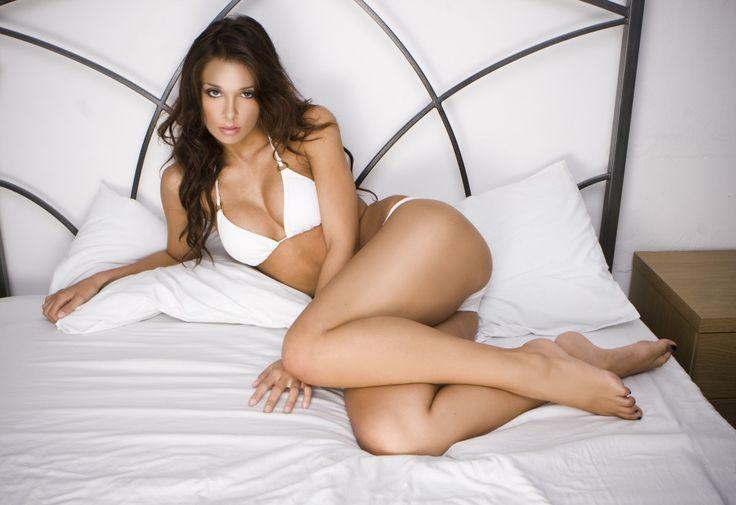 """""""Secondo Obstetrics & Ginecology le donne con curve sarebbero sessualmente più """"attive e felici"""" rispetto alle donne normopeso. E lo fanno anche più spesso, il 5% in più della media. Oltre ai chili in più, in più abbiamo anche qualcos'altro: la costanza sotto le lenzuola!"""". Ce ne parla  Guapita Tondita su http://www.stilefemminile.it/curvy-piu-prestanti-sotto-le-lenzuola-bellezzecurvy/"""