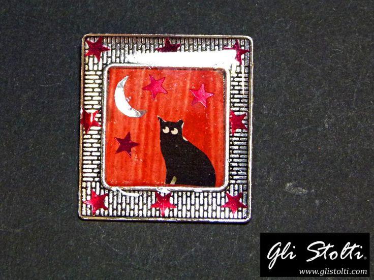 """Spilla artigianale con cassa metallica e resina da inclusione con composizione interna """"Il Gatto e la Luna"""". Vai al link per tutte le info: http://glistolti.shopmania.biz/compra/spilla-artigianale-il-gatto-e-la-luna-633 Gli Stolti Original Design. HandMade in Italy. #glistolti #moda #artigianato #madeinitaly #design #stile #roma #rome #shopping #fashion #handmade #handicraft #handcrafted #style #bijoux #gatti #cats Foto"""