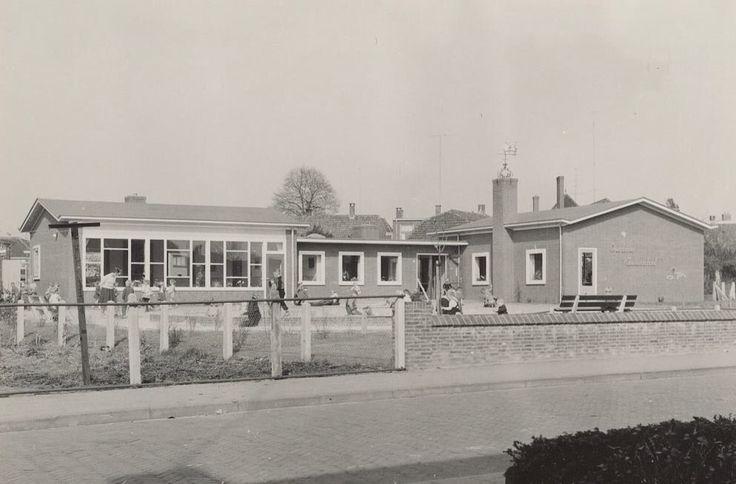De voormalige kleuterschool aan de Tuinstraat om en nabij 1960. Bron: Leven in Holten