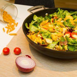 Jeg har fått en elsk på karri, og denne gangen har jeg laget kylling og karrisalat med eple og mango, en svært enkel hverdagsmiddag på under halvtimen.