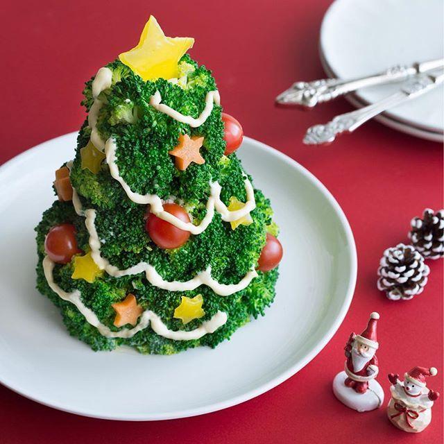 のインスタグラム:「クリスマスの食卓にぴったり☆ポテトサラダの周りにブロッコリーを盛りつけたツリーサラダ。ミニトマトやパブリカを使ってカラフルにデコレーションしましょう♪ ・ ・ ・ #ツリーサラダ #サラダ #クリスマスツリー #クリスマスディナー #デコサラダ #ポテトサラダ #ブロッコリー #パプリカ #ミニトマト #にんじん #イオンクリスマス #イオンスタッフおすすめ #イオン #AEON #xmas #salad #christmastree」