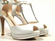 Zapatos de novia abiertos de puntera con tira de cristales Swarovski  Espectaculares zapatos de novia de la marca española LODI modelo PAULI. Zapatos abiertos de puntera realizados en piel hielo (galaxia avorio) con tira de cristales SWAROVSKI al empeine y cierre de hebilla plateada. Interiores y planta en piel natural. Zapatos de corte sandalias con tacón alto de 105 cms y plataforma delantera de casi 2 cms con detalle plata en la base. Los zapatos perfectos para tu GRAN DIA. LODI PAULI…