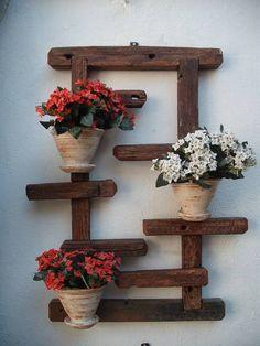 Placa com madeira de demolição, três vasos de cerâmica. Específica para áreas externas, como muros, jardins, pérgolas, varandas, áreas de lazer, etc... As flores não fazem parte da mercadoria, são somente ilustrativas. R$ 160,00