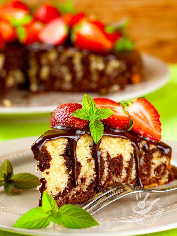 La Torta al cioccolato e fragole: un dolce semplice e genuino, una base di torta alla vaniglia variegata al cacao ricoperta da una ricca ganache fondente. #tortaalcioccolatoefragole