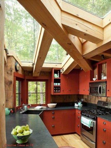 Γγρ│ cuisine rouge brique, installée dans véranda avec poutres bois et toit de verre