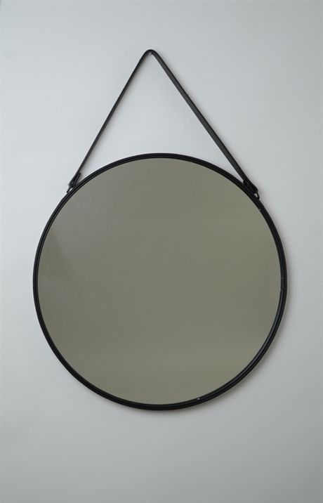 Rund spegel med läderrem och metallram. Väldigt fin spegel som med sin storlek gör den användbar i dom flesta rum i hemmet. Mått: 55x3 cm Färg: Svart