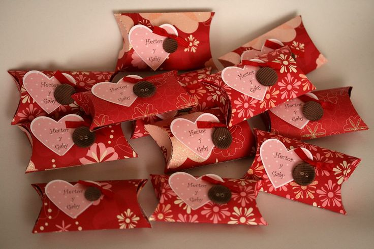 Rollos de papel: forrados del color que prefieras y decorados para obsequiar en tu despedida de soltera puedes darlos con mentas, dulces, chocolates o algún regalito como esmalte y lima etc.