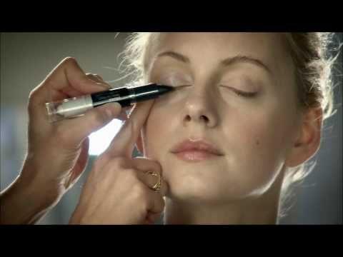 Instructiefilmpje van de nieuwe Max Factor Smoky Eye Effect Eyeshadow die vanaf september 2010 verkrijgbaar is voor een adviesverkoopprijs van €13,99.    Filmpje is eigendom van Procter/Max Factor.