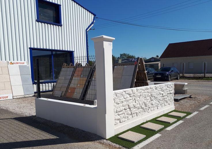 Pilier 25 x 25 monobloc en béton lisse contemporain, aménagement de clôture et portail. Aspect lisse et chanfreiné, gamme Décoration.