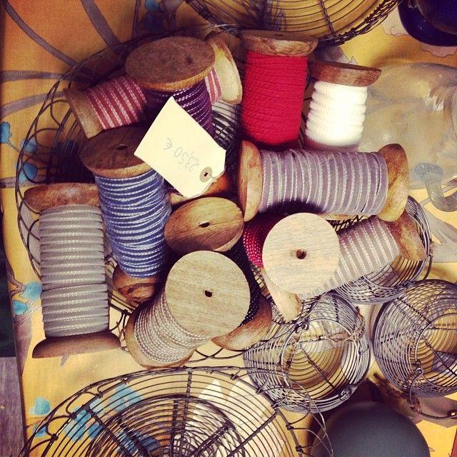 Con las fiestas y los regalos, era importante hacerse con unas cintas de terciopelo que decoraran con cariño y dedicación cada sorpresa. ¡Las tuvimos en #letstock! #empaquetar #paquetes #madrid #regalos #imaginacion #sorpresas #carretes #madera #navidad #reyes