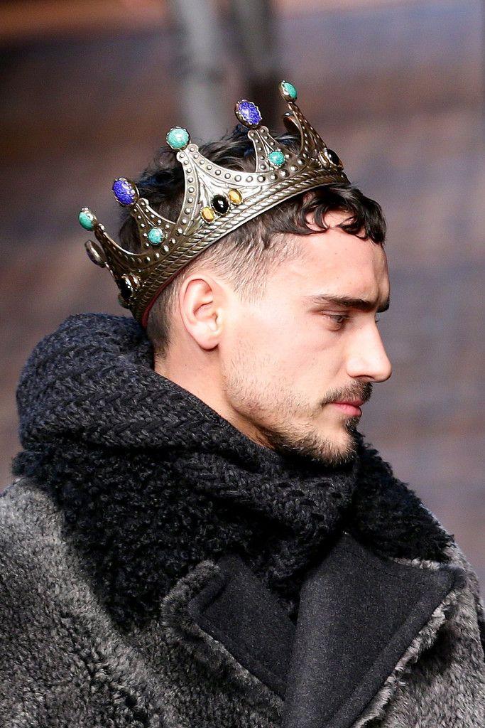 работника фото человек и корона сказывается только