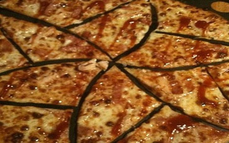 Αυτός είναι ο τέλειος τρόπος για να κόβετε την πίτσα