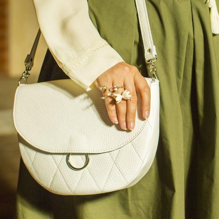 Если вам не хватает маленькой сумочки, чтобы завершить образ, стоит заглянуть к нашим друзьям Forster Jansson. У них вы найдёте невероятно стильные кожаные изделия ручной работы по умеренной цене.  На модели:  Кожаная сумка на плечо Saddle bag white от Forster Jansson Сет украшений Сакура & Весна.