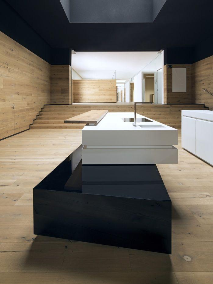 Material Kombination: Schwarzer Parapan Sockel, Weiße Corian Arbeitsfläche,  Thekenbrett Aus